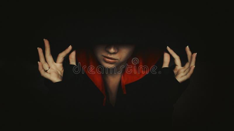Ritratto della donna misteriosa in cappuccio scuro immagini stock libere da diritti