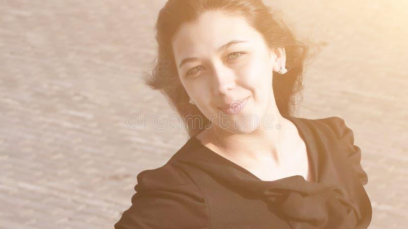 Ritratto della donna moderna di affari sulla via fotografia stock libera da diritti