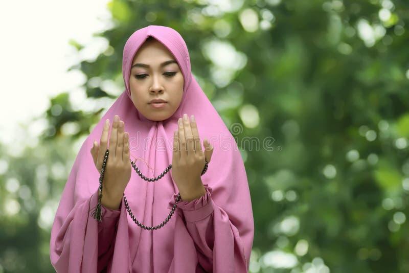 Ritratto della donna musulmana asiatica in vestito dal hijab che prega al dio immagine stock libera da diritti