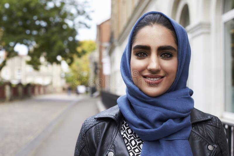 Ritratto della donna musulmana britannica nell'ambiente urbano immagini stock libere da diritti