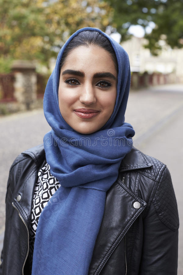 Ritratto della donna musulmana britannica nell'ambiente urbano immagine stock libera da diritti