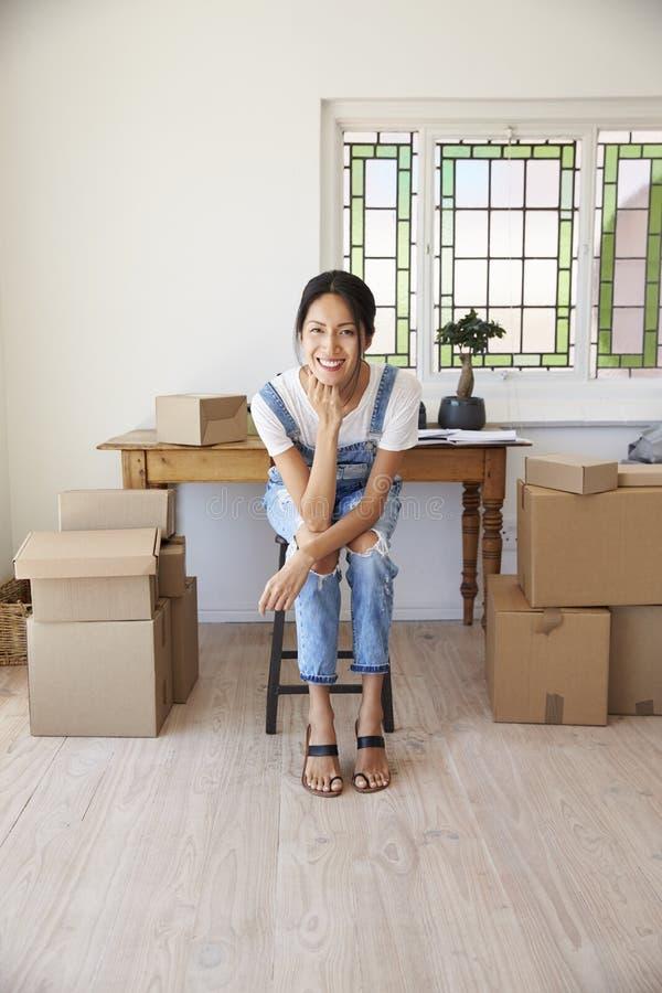 Ritratto della donna nell'azienda corrente della camera da letto dalla casa fotografie stock