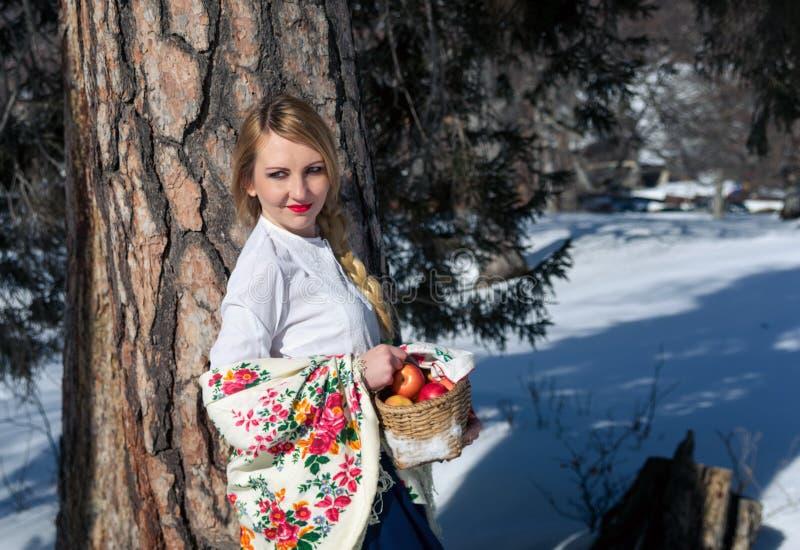 Ritratto della donna nella neve fotografia stock