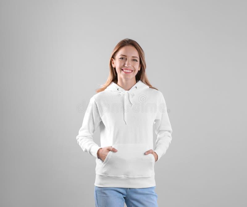 Ritratto della donna nello sweate di maglia con cappuccio fotografia stock