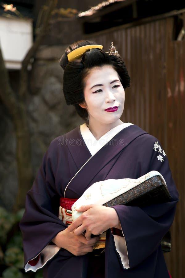 Ritratto della donna piacevole in vestito dal kimono di Maiko immagine stock libera da diritti