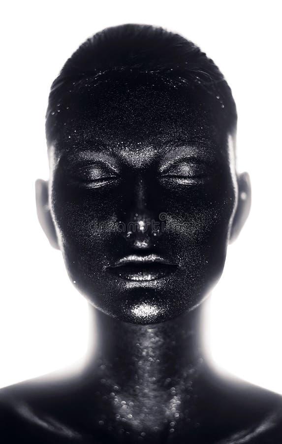Ritratto della donna in pittura nera alla luce immagine stock libera da diritti