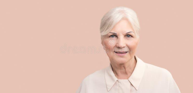 Ritratto della donna senior con capelli biondi immagini stock libere da diritti