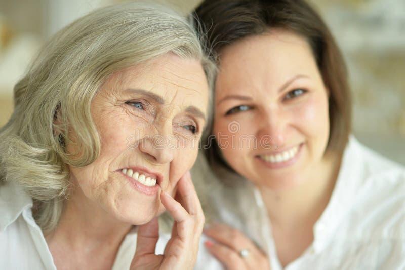 Ritratto della donna senior con la figlia a casa immagine stock libera da diritti