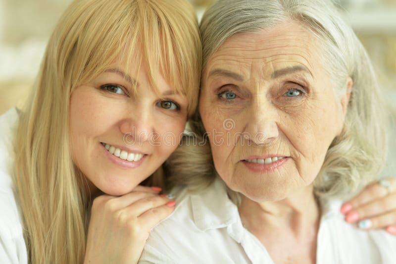 Ritratto della donna senior con la figlia a casa fotografie stock libere da diritti