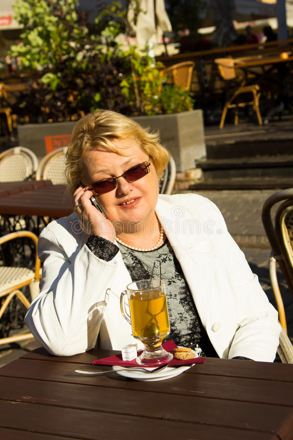 Ritratto della donna senior felice che parla sul telefono fotografia stock libera da diritti