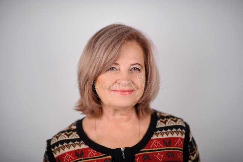 ritratto della donna senior sopra fondo grigio Maschera dello studio immagine stock libera da diritti