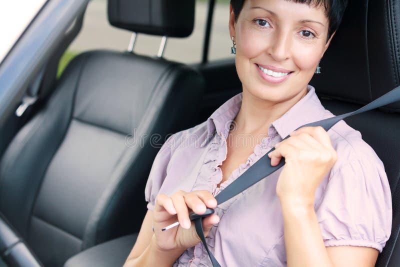 Ritratto della donna senior in un'automobile immagine stock libera da diritti