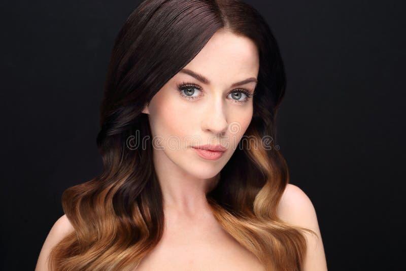 Ritratto della donna sensuale che pone capelli immagini stock