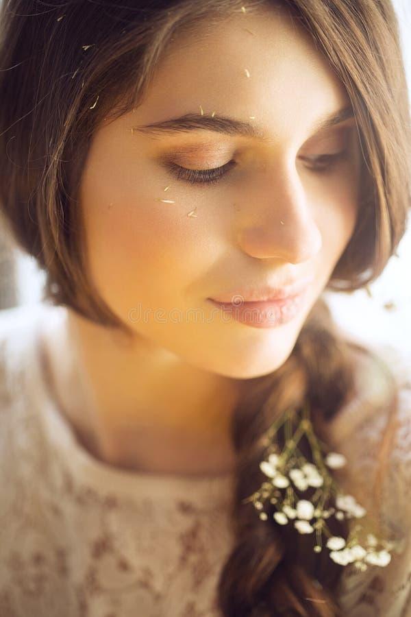 Ritratto della donna sensuale con i fiori in capelli dietro lo schermo immagini stock