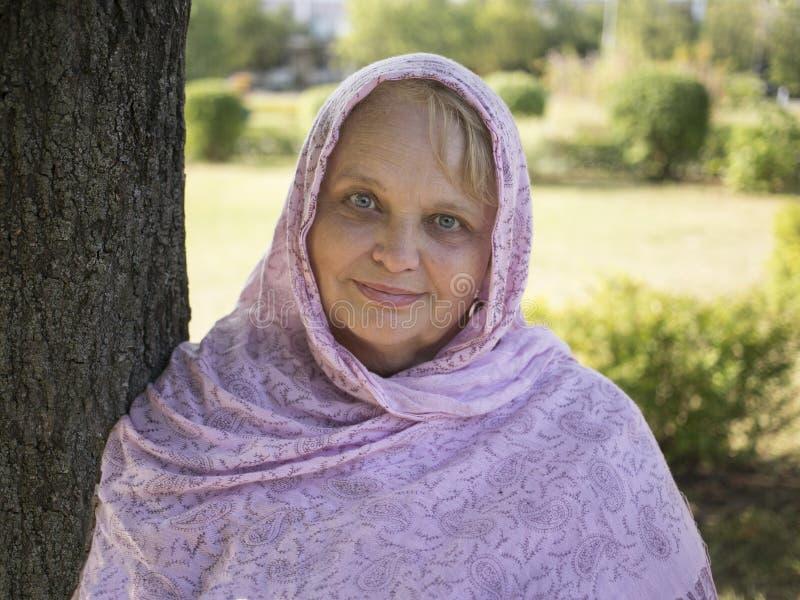 Ritratto della donna seria matura in bandana fotografia stock libera da diritti