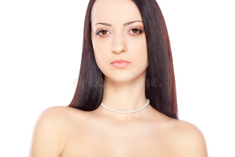 Ritratto della donna sopra bianco con la collana della perla fotografia stock