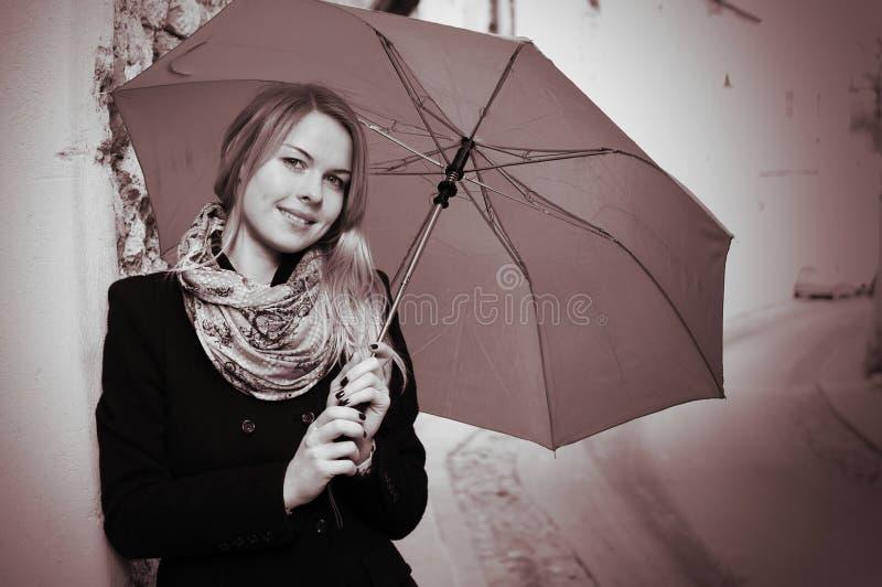 Ritratto della donna sorridente con l'ombrello fotografia stock