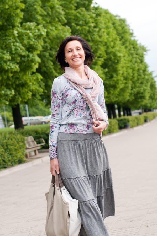 Ritratto della donna sorridente del brunette in sosta fotografie stock libere da diritti