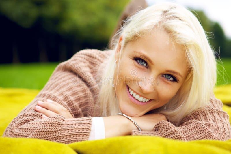 Ritratto della donna sorridente naturale fotografia stock libera da diritti