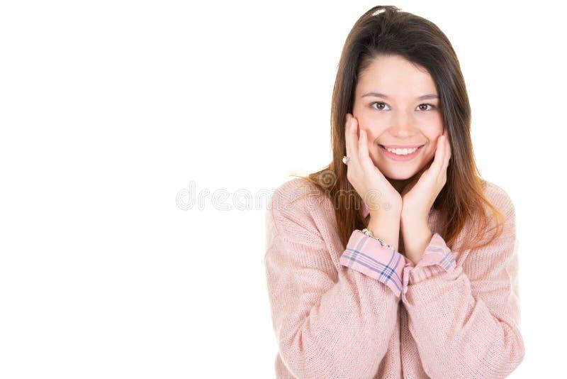 Ritratto della donna spensierata positiva che tiene le palme spante vicino alla bocca aperta e che sorride largamente essendo stu fotografia stock