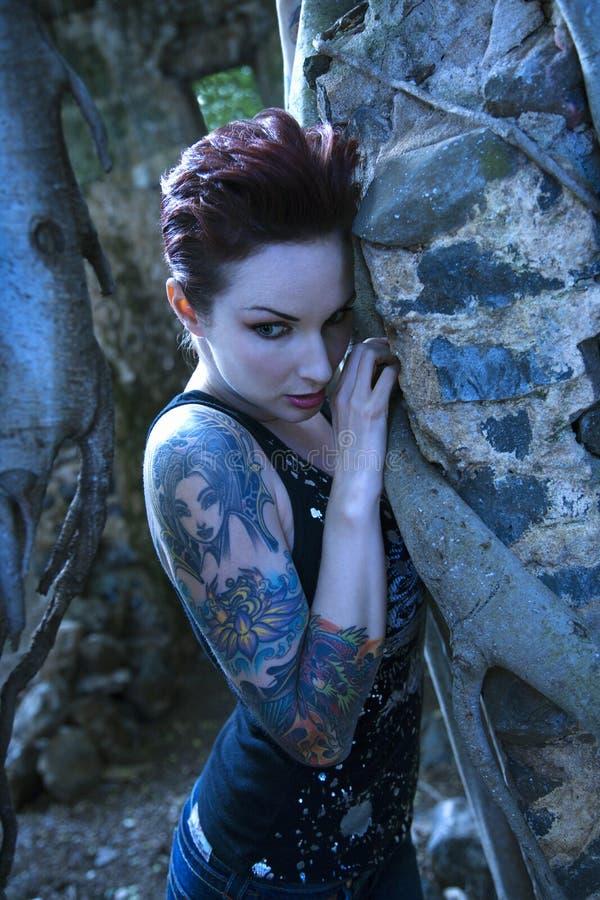 Ritratto della donna tatuaata. immagine stock