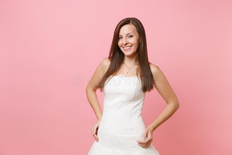 Ritratto della donna tenera sorridente della sposa nella bella condizione bianca del vestito dal pizzo di nozze con akimbo di arm fotografie stock libere da diritti
