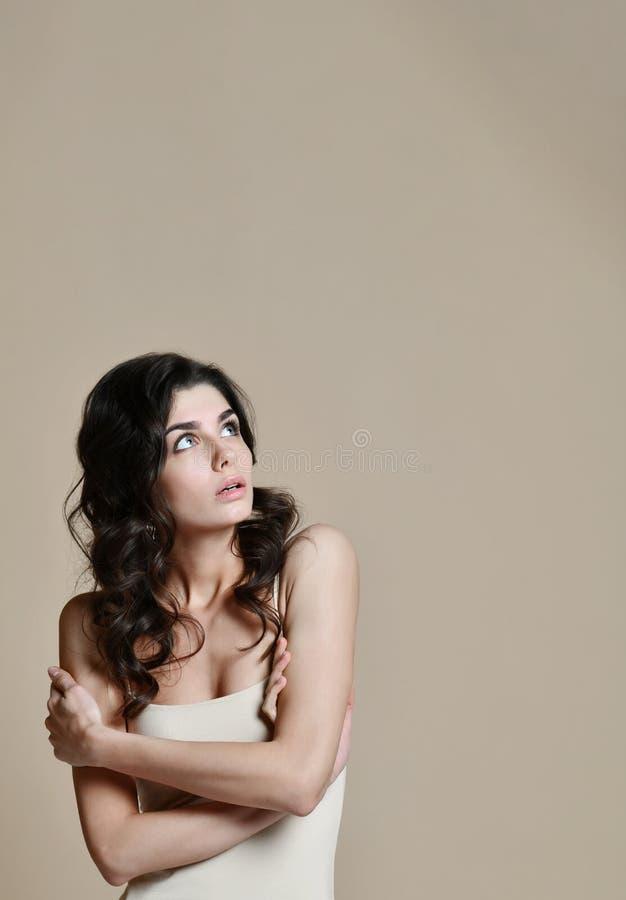 ritratto della donna tremolante, su beige Concetto di freddo e di freddo fotografia stock libera da diritti