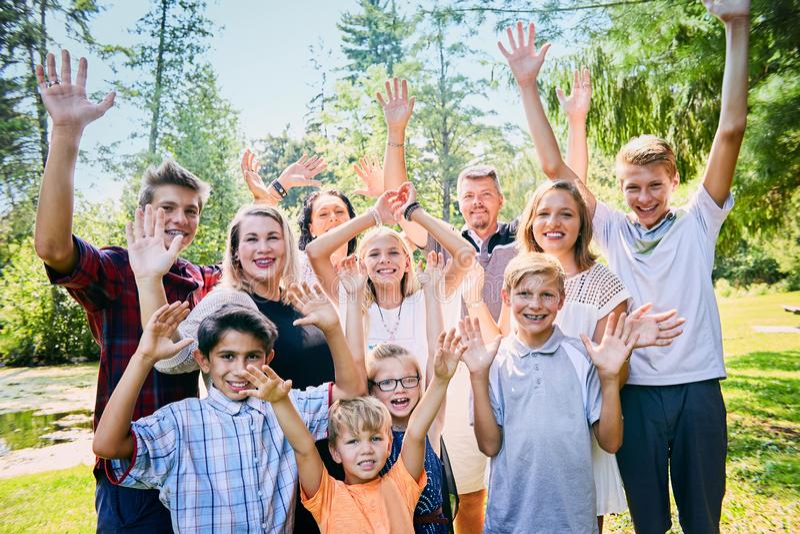 Ritratto della famiglia adottiva felice che ride nel parco immagine stock libera da diritti