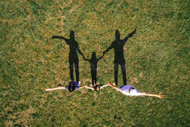Ritratto della famiglia all'aperto fotografia stock libera da diritti
