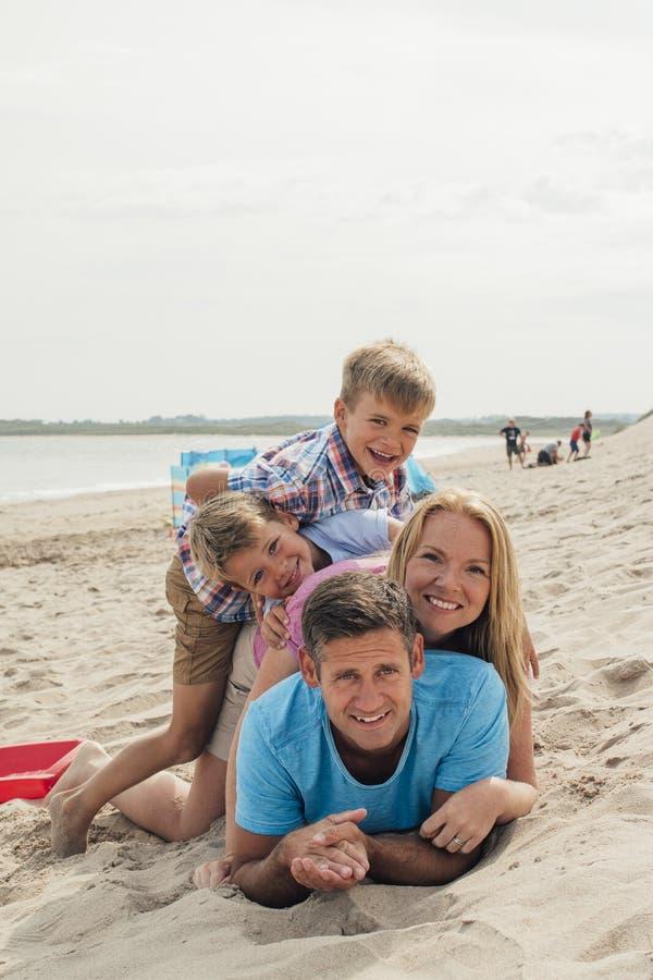 Ritratto della famiglia alla spiaggia fotografie stock