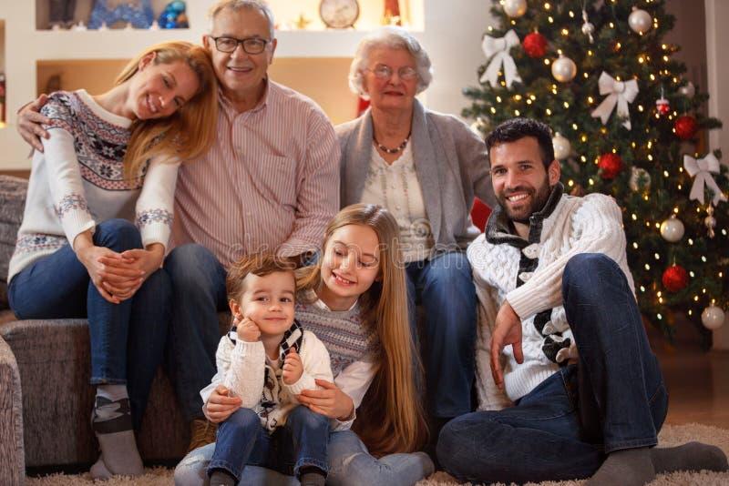 Ritratto della famiglia allargata sul Natale immagine stock libera da diritti