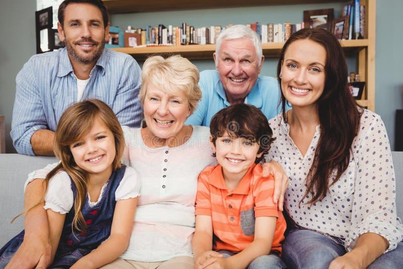 Ritratto della famiglia allegra con i nonni immagini stock