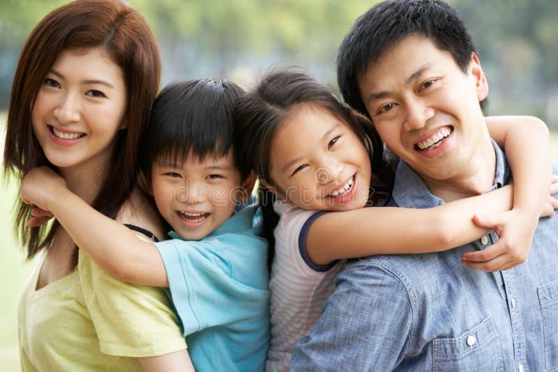 Ritratto della famiglia cinese che si distende nella sosta fotografie stock libere da diritti