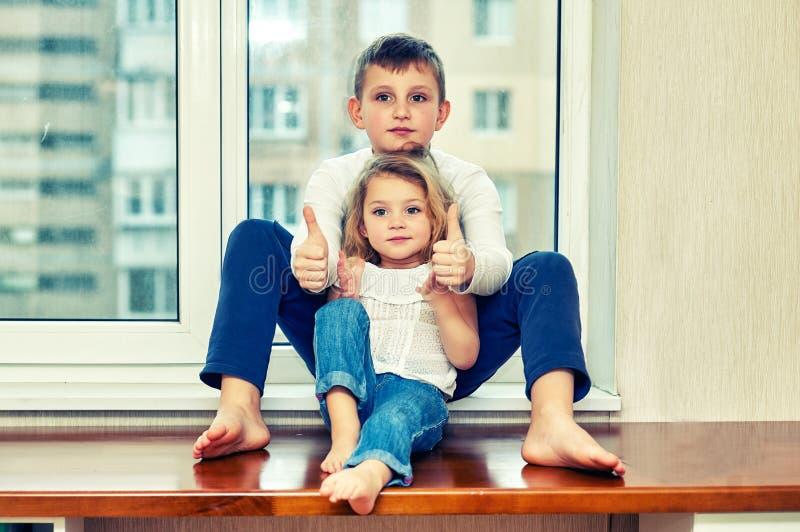 Ritratto della famiglia del fratello e della sorella nella casa immagini stock