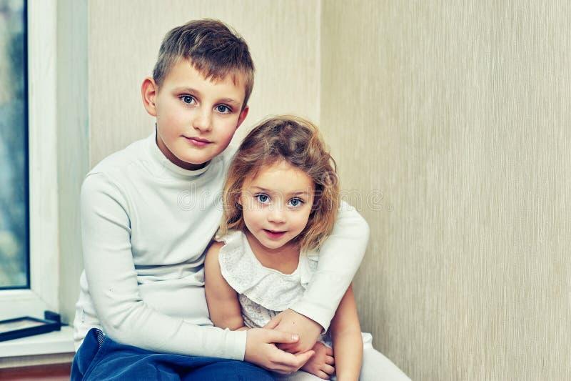 Ritratto della famiglia del fratello e della sorella nella casa fotografia stock libera da diritti