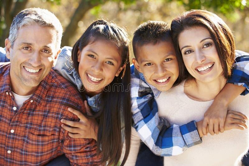 Ritratto della famiglia ispana in campagna immagini stock