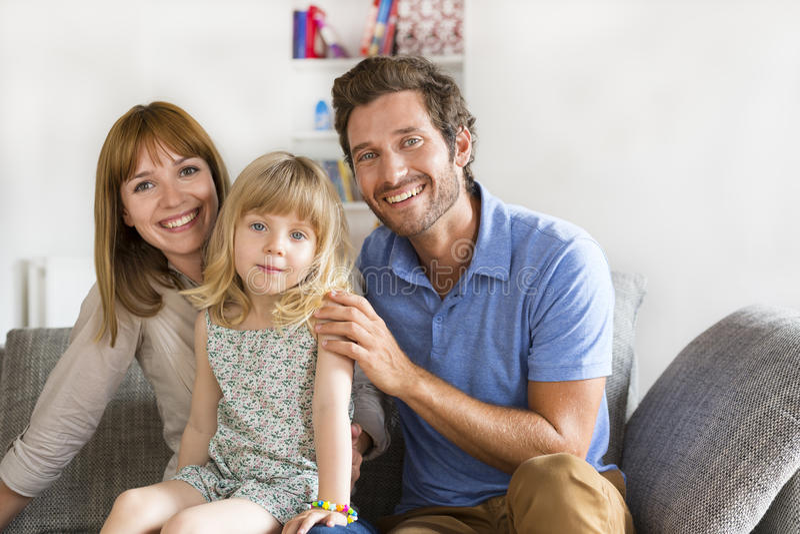 Ritratto della famiglia moderna sguardo della macchina fotografica immagini stock