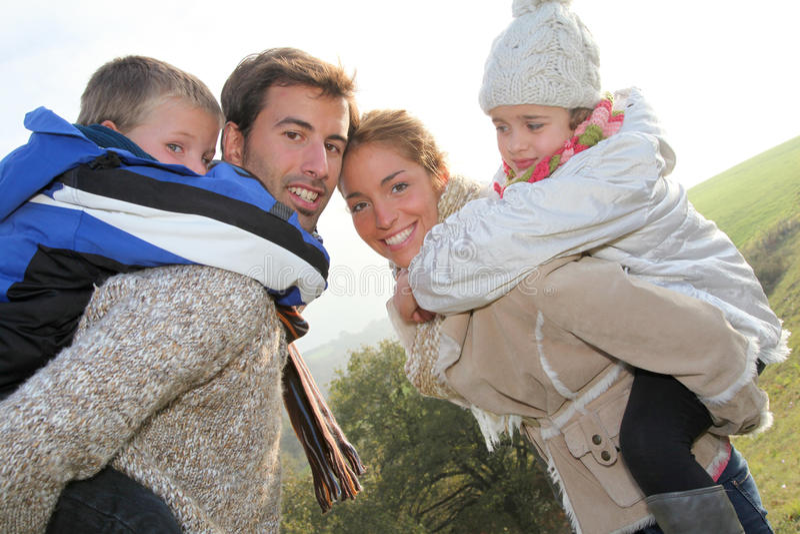 Ritratto della famiglia nell'orario invernale immagini stock libere da diritti