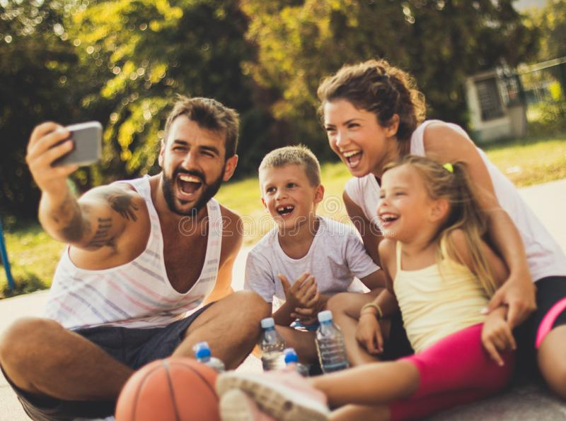 Ritratto della famiglia Padre facendo le buone immagini fotografia stock
