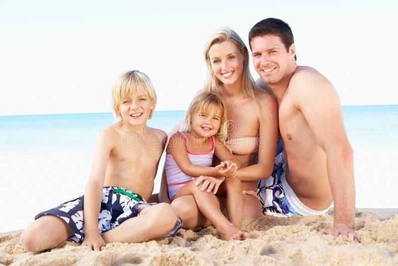 Ritratto della famiglia sulla festa della spiaggia di estate immagini stock