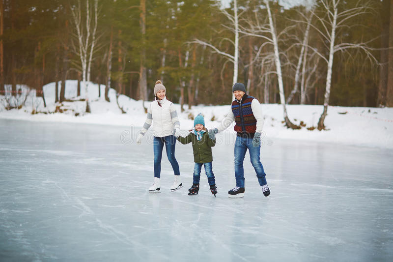 Ritratto della famiglia sulla pista di pattinaggio immagini stock