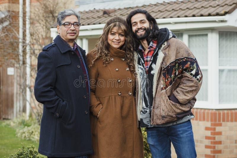 Ritratto della famiglia sulla strada privata fotografia stock
