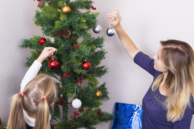 Ritratto della famiglia vicino all'albero del nuovo anno fotografia stock libera da diritti