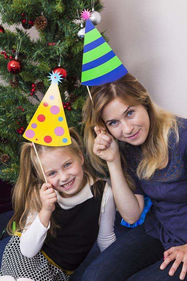 Ritratto della famiglia vicino all'albero del nuovo anno fotografia stock