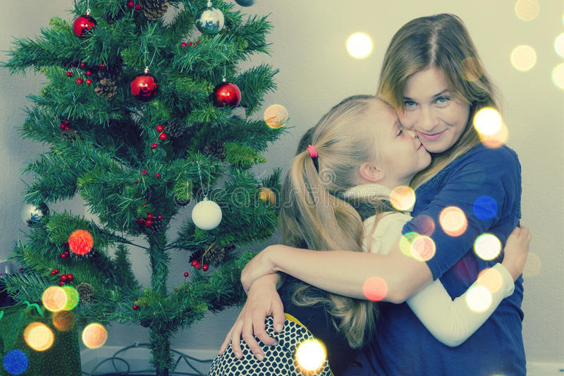 Ritratto della famiglia vicino all'albero del nuovo anno immagine stock