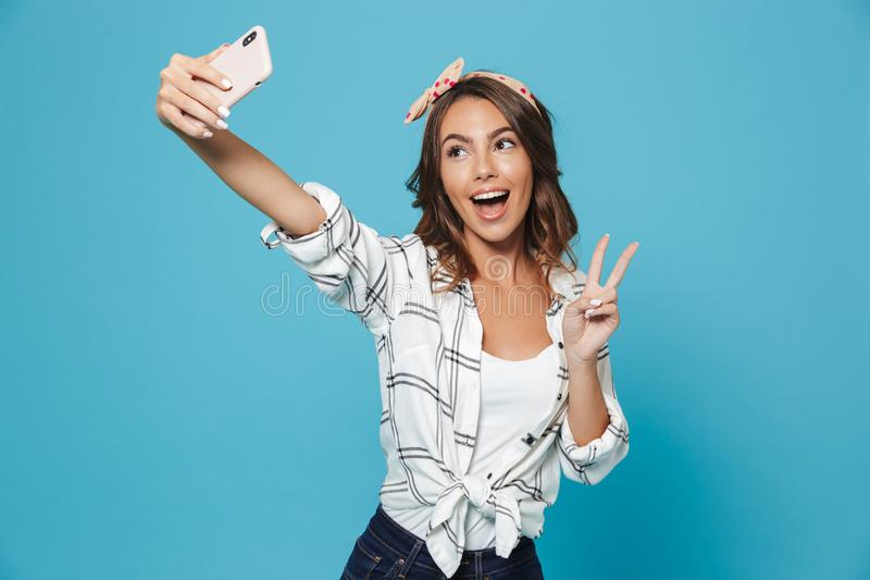 Ritratto della fascia d'uso ottimista della donna 20s che sorride e SH fotografie stock