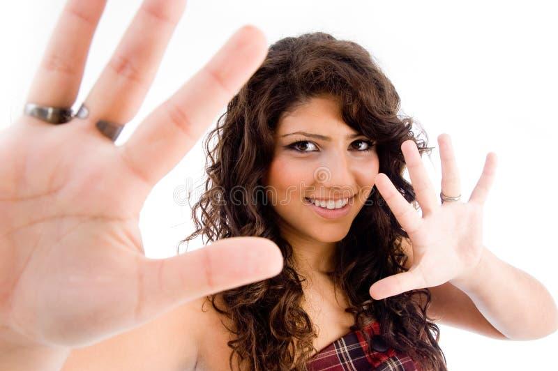 Ritratto della femmina che mostra le palme fotografie stock