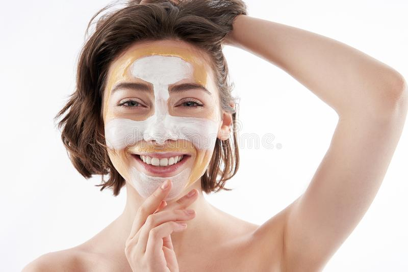 Ritratto della femmina graziosa allegra con la maschera di protezione immagini stock libere da diritti