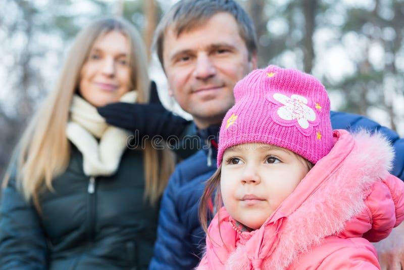 Ritratto della figlia del bambino di Mother del giovane padre della famiglia piccolo immagine stock