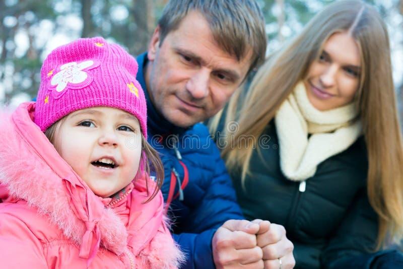Ritratto della figlia del bambino di Mother del giovane padre della famiglia piccolo fotografia stock